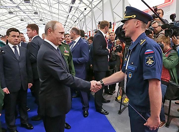 Президент Владимир Путин у стенда академии на выставке.