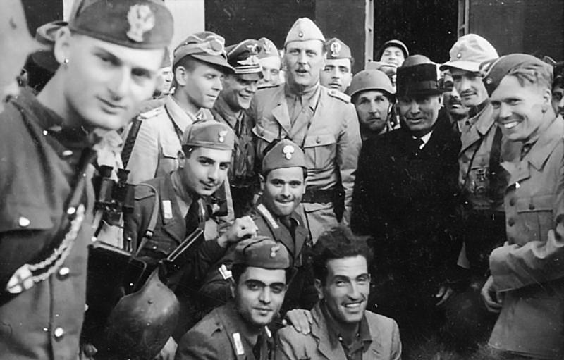 Отто Скорцени с освобожденным Бенито Мусолини.
