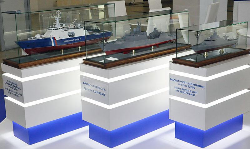 Макеты модернизированных кораблей береговой охраны «Гепард» и пограничных боевых катеров.