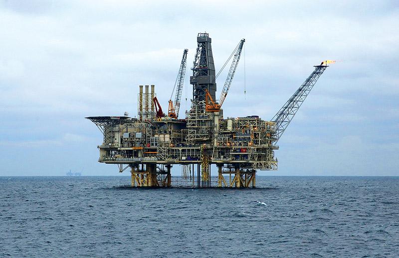 Добыча нефти из недр Каспия.
