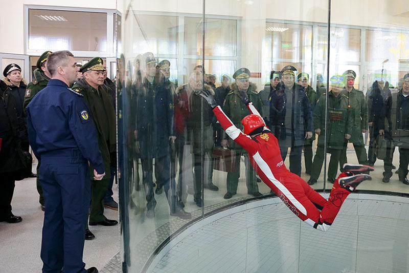 Министр обороны РФ СергейШойгу осмотрелаэродинамическуюустановку для обучения парашютистов.