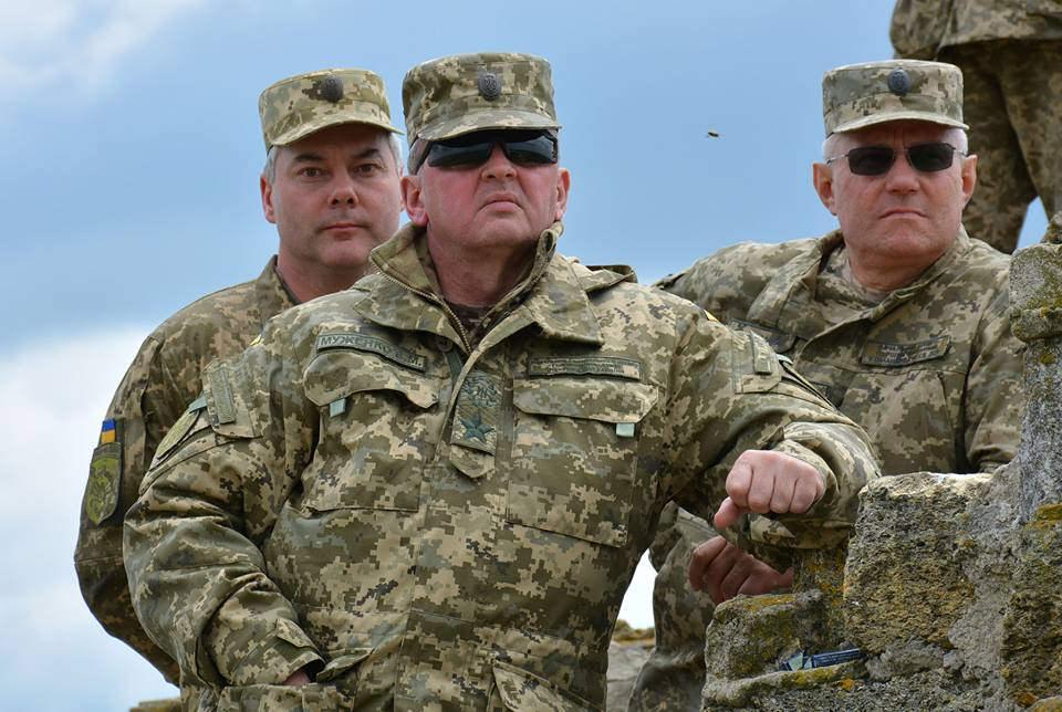 Генерала армии Украины Виктора Муженко (в центре) волнует буря в стакане.