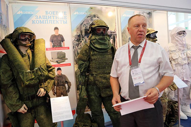 Ведущий специалист пермского ЗАО «Кираса» Сергей Корелин представляет средства индивидуальной бронезащиты и боевой экипировки.