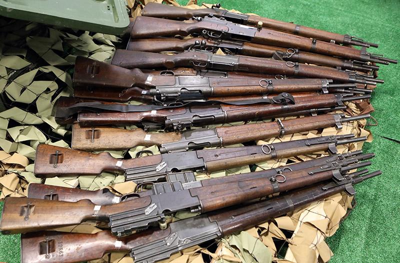 С современным оружием соседствуют ружья времен I и II Мировых войн.