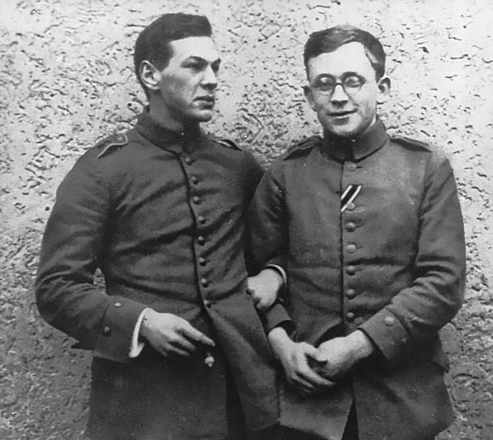Рихард Зорге (слева) с товарищем в 1915 году.