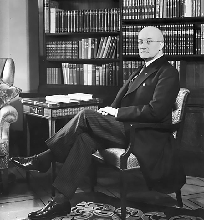Германский посол Герберт фон Дирксен.