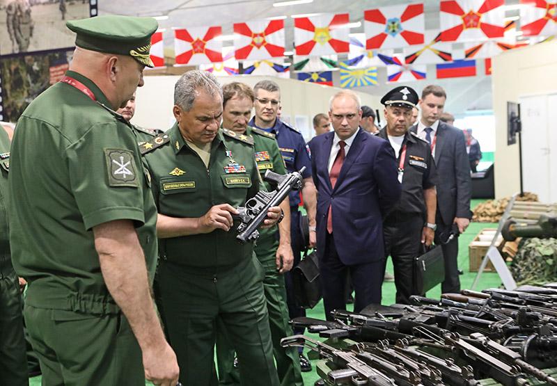 Генерал армии Сергей Шойгу осматривает трофейное стрелковое оружие.