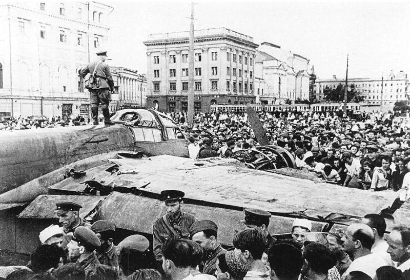 «Юнкерс» с бортовым номером 0285 на площади Свердлова (теперь Театральная) в Москве.