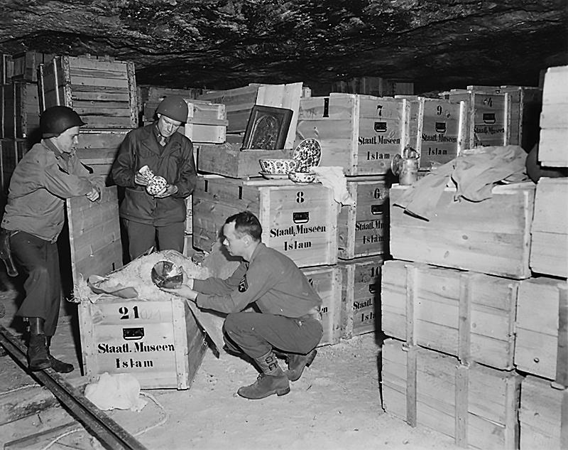 Американские военные рассматривают сокровища в соляной шахте в Grassleben.