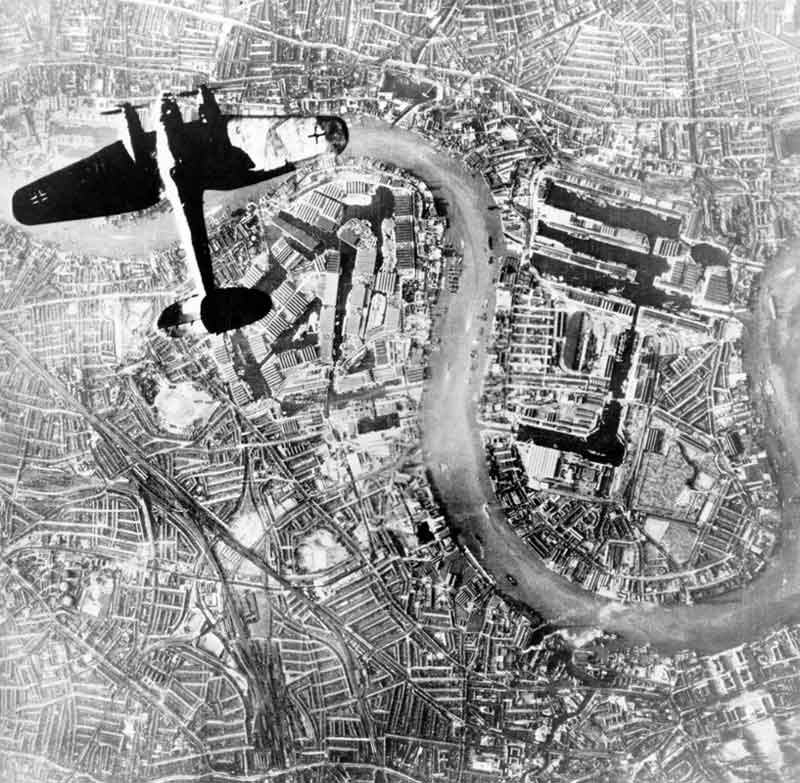 Бомбардировка Лондона немецкой авиацией.