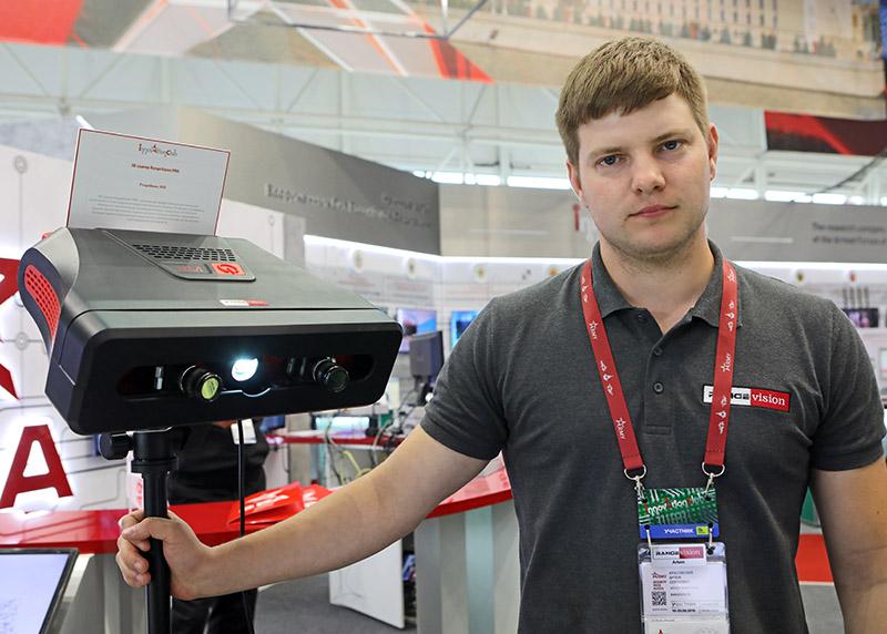 Артем Красовский и 3D сканнер RangeVisionPro разработанный в Красногорске.