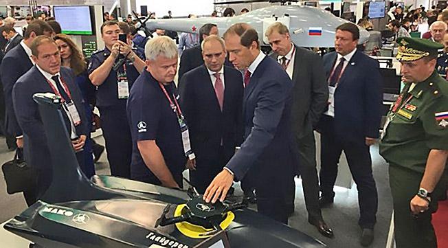Министр промышленности и торговли Российской Федерации Денис Мантуров осматривает морской авиационный комплекс «Глайдерон».