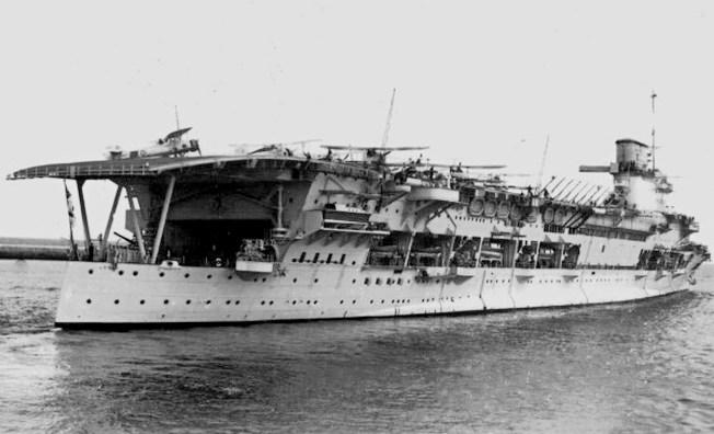Британский авианосец «Глориес».