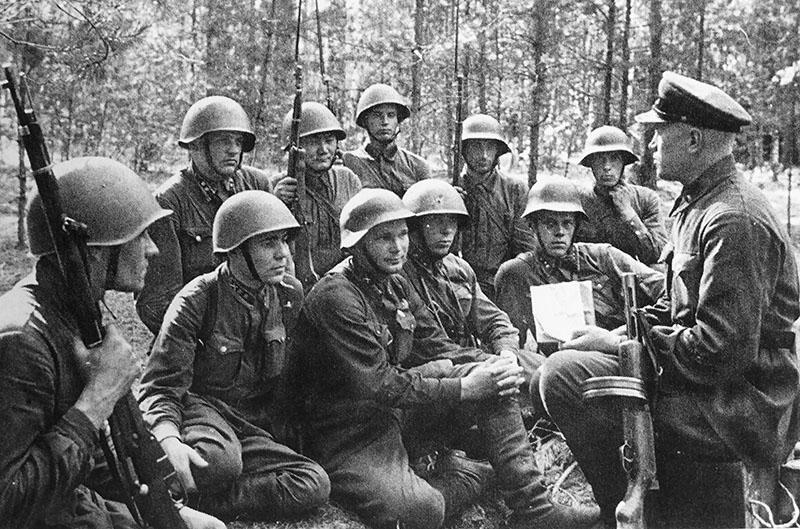 Политрук на фронте с солдатами.