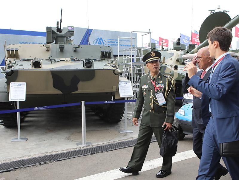 Представитель армии Филлипин с интересом слушает переводчика, рассказывающего о технических характеристиках БТ-3Ф.