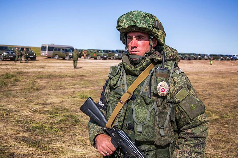 В маневрах будут участвовать около 300 тысяч российских военнослужащих всех родов и видов войск.