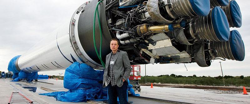 Илон Маск у своей ракеты «FALCON 9».