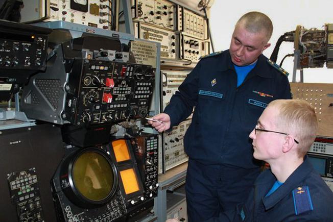 Обучение оператора научной роты с военными приборами.