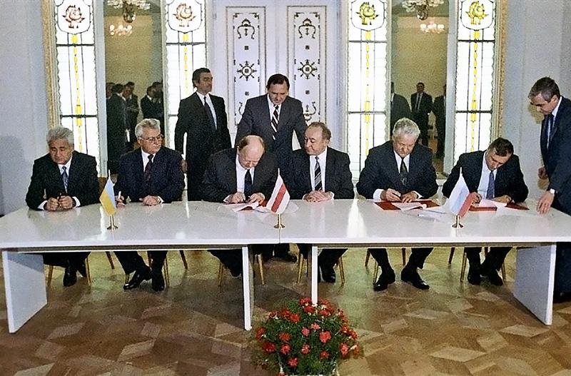 В Беловежском соглашении Ельцина не удовлетворило только то, что он перестает из-за отмены всех норм быть Гавнокомандующим ВС РФ.