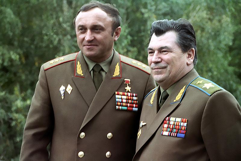 Два лица, два министра министра обороны: Павел Грачев и Евгений Шапошников. И у каждого своя роль.