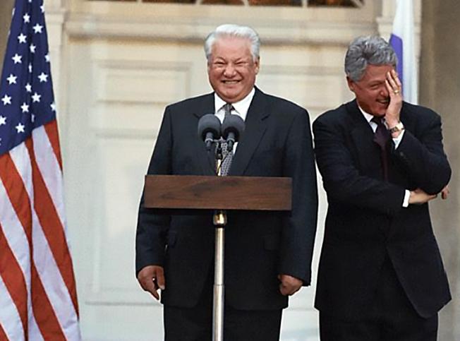 Ельцин попросил Клинтона оказать поддержку, если придется разобраться с российским парламентом «недемократическим способом».
