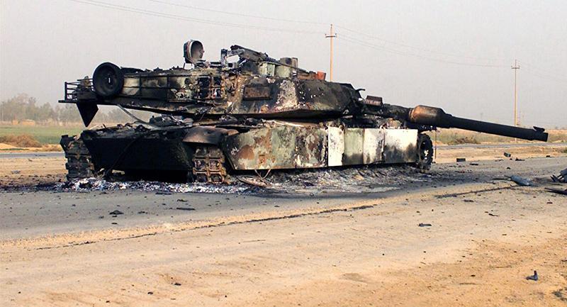 Сожженный иракский «Абрамс» под Мосулом.