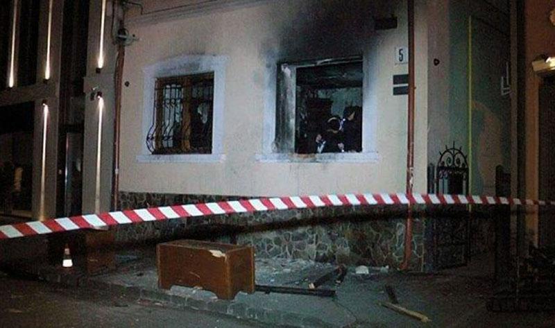 Здание «Общества венгерской культуры» в Ужгороде после поджога.