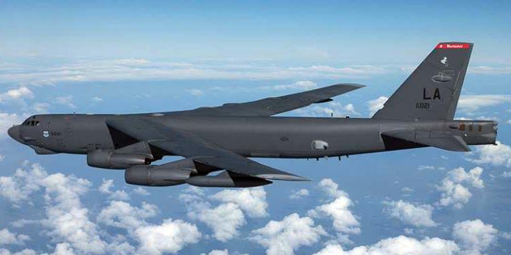 Бомбардировщик Б-52 американских ВВС обеспечиват«свободу мореплавания» в Южно-Китайском море .