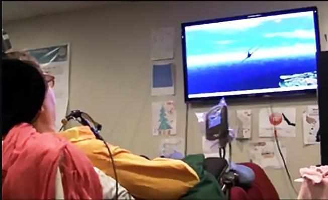 Парализованная Яна Шойерман управляет виртуальной симуляцией истребителя пятого поколения F-35.