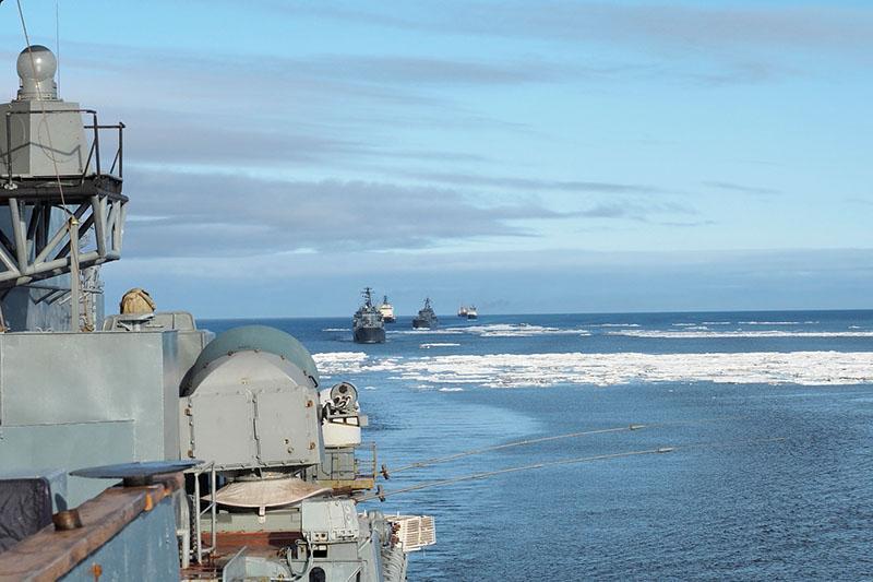 Корабли следуют в кильватер.