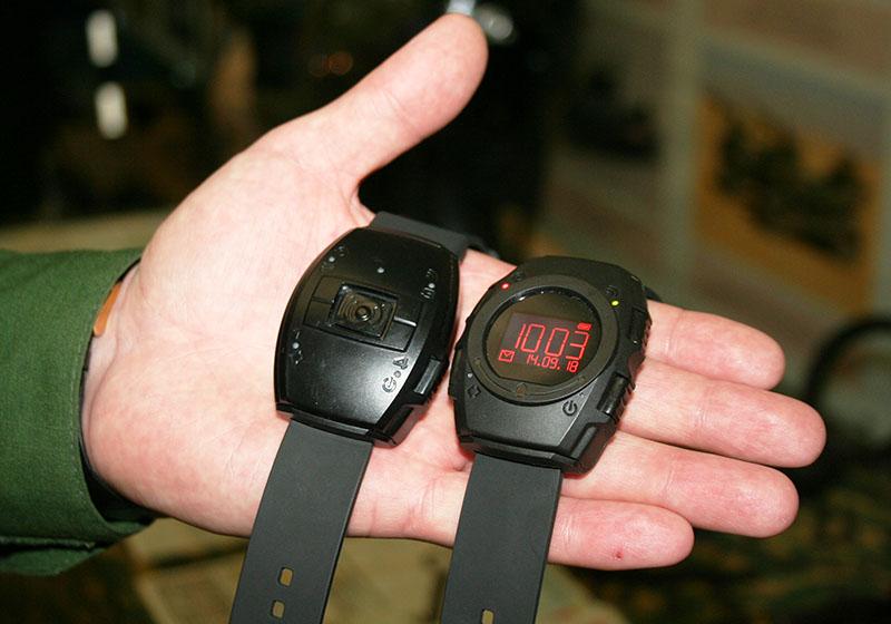 Мобильный комплекс «Стрелец» пригодится часовым в караулах. При помощи браслетов за происходящим на постах можно следить онлайн.