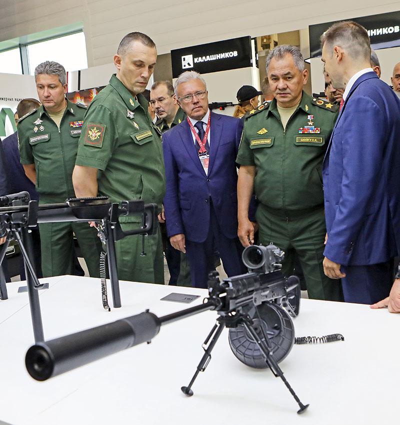 Министр обороны РФ генерал армии Сергей Шойгу на форуме «Армия-2018» осматривает ручной пулемет концерна «Калашников» РПК-16.