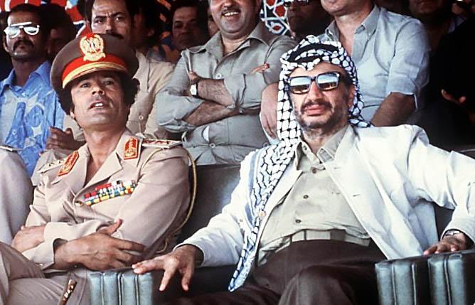 Каддафи с лидером ООП Ясером Арафатом.