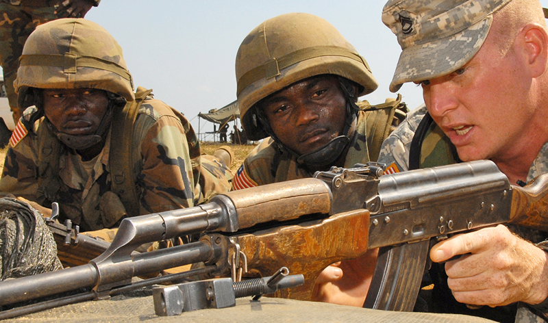 Американские солдаты уважают автомат Калашникова.