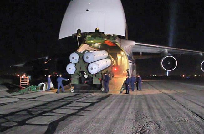 Зенитно-ракетные комплексы С-300, доставленные в Сирийскую Арабскую республику самолетом Ан-124-100 «Руслан».