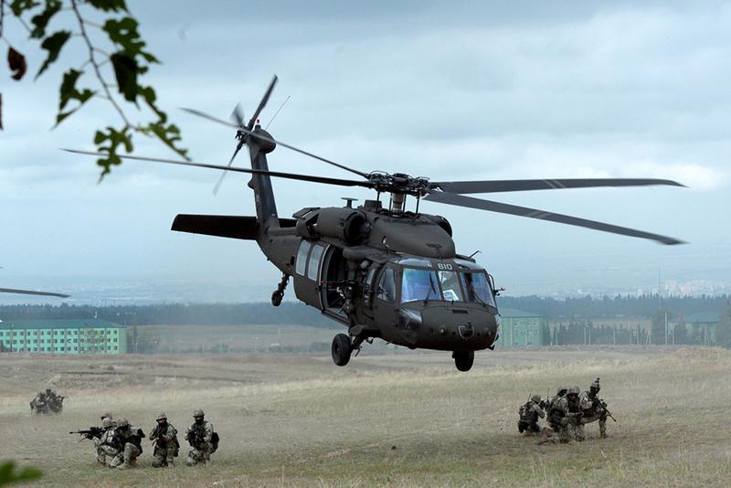 Американцы задействовали в учениях боевые вертолеты UH-60 Black Hawk.
