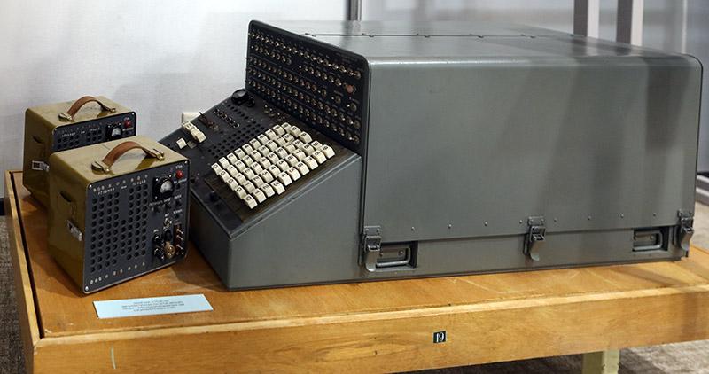 Советская электронно-вычислительная машина военного назначения «Молния».