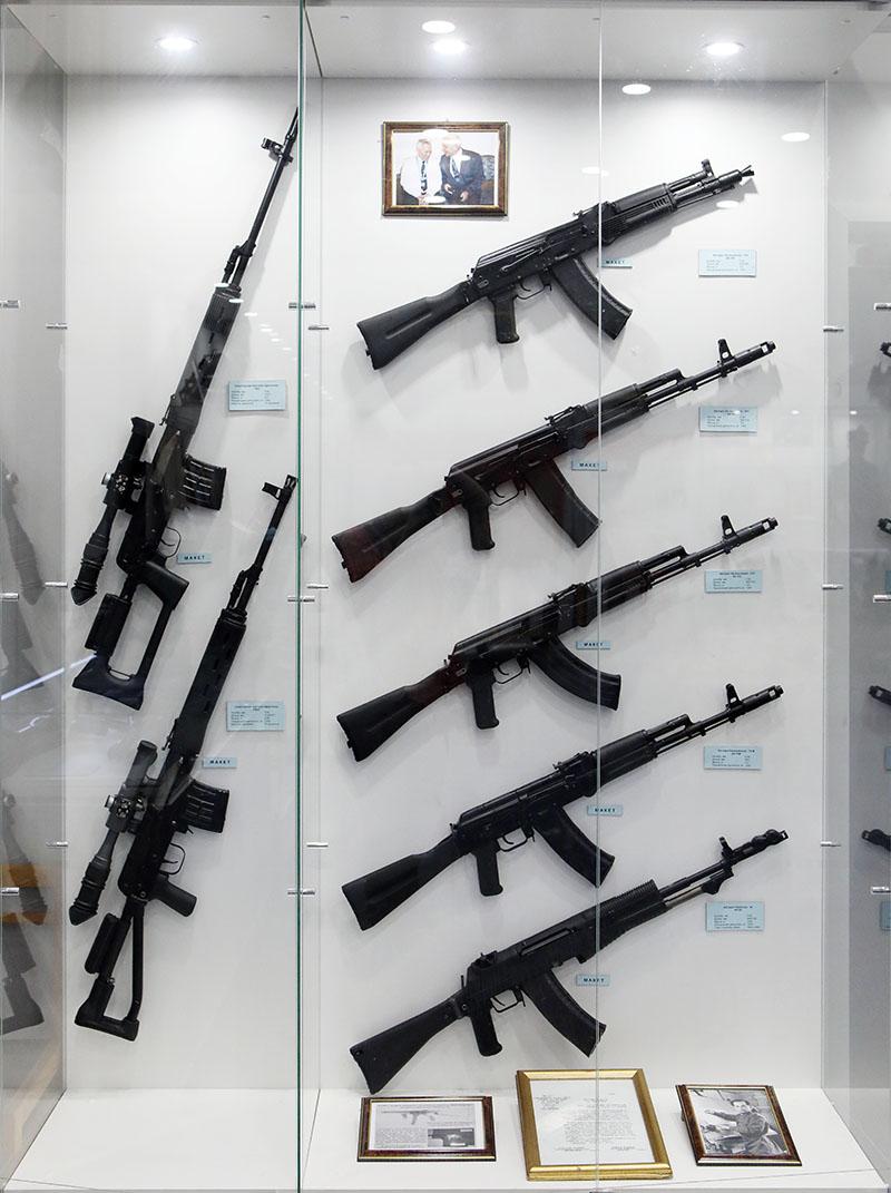 Стенд с автоматами великого российского оружейника Михаила Тимофеевича Калашникова.