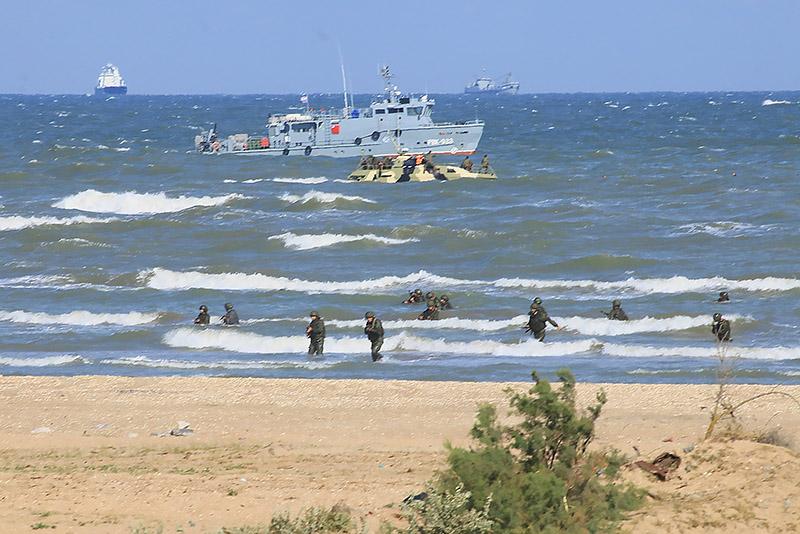 Морпехи штурмуют побережье.
