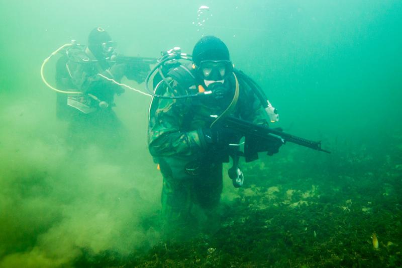 Работает подводный спецназ.