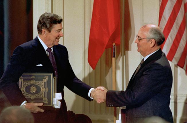 Михаил Горбачёв и Рональд Рейган в Белом доме после подписания советско-американского договора о ликвидации ракет средней и меньшей дальности.