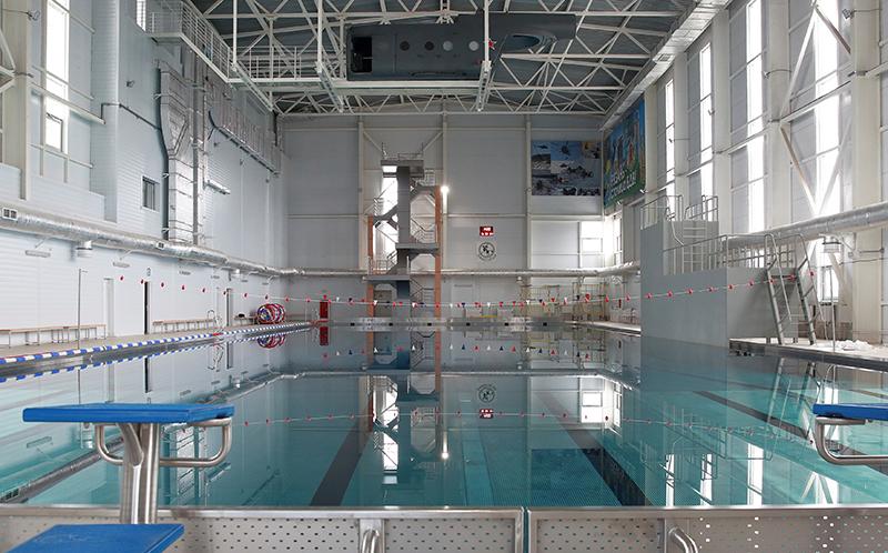 Здесь учатся плавать и стрелять под водой.