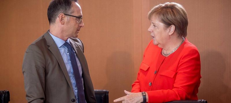 Канцлер Германии Ангела Меркель беседует с главой МИД Хайко Маасом.