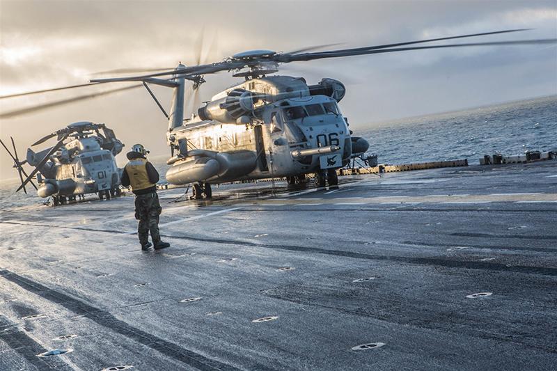 Корпус морской пехоты готовится к взлету с палубы авианосца.
