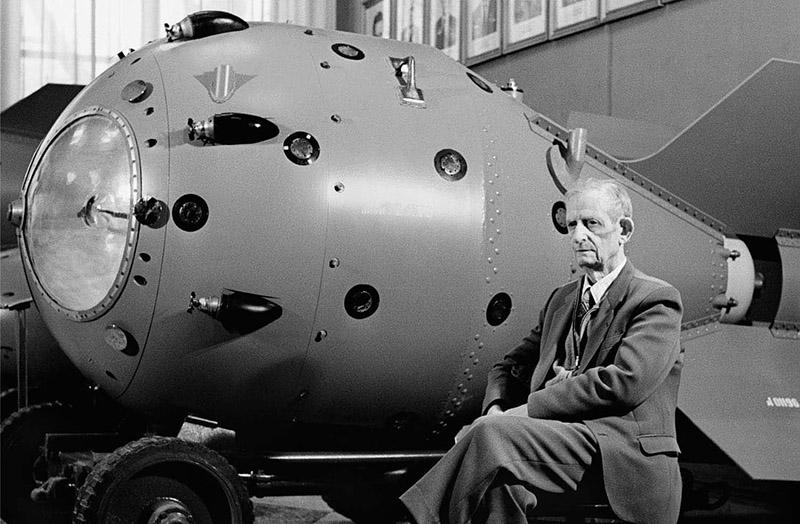 Юрий Харитон рядом с первой советсткой атомной бомбой.