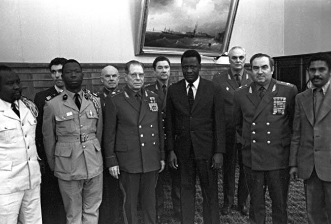 Министр обороны СССР, генерал армии Дмитрий Федорович Устинов принял находящегося в СССР министра Народной армии Гвинейской Республики Алафэ Курума.