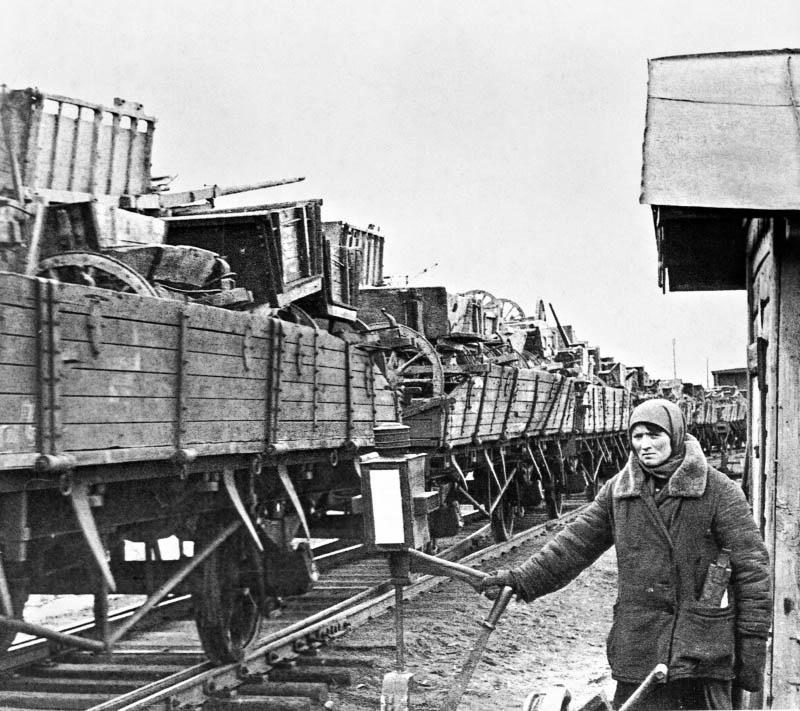 За первые полгода войны на восток - в Поволжье, на Урал, в Западную и Восточную Сибирь, в Казахстан и Среднюю Азию - было переброшено более 1.360 крупных предприятий, десятки тысяч единиц оборудования.