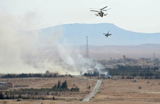 Вертолеты Ка-52 «Аллигатор» в окрестностях освобожденного от боевиков города Эль-Карьятейн.