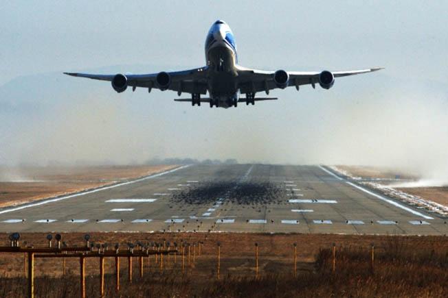 Европейская ассоциация пилотов в памятке рекомендует при посадке на всякий случай «закрывать глаза рукой от источника света».