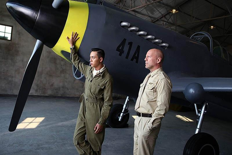 Кадр из фильма «Air Strike». Одну из главных ролей сыграл Брюс Уиллис.